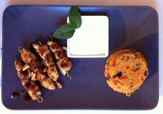 Orangen- Safran- Couscous mit Tomaten und in Gewürzöl geschwenkte Hähnchenspieße mit Orangenschmand
