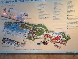 Schild mit Bereichen Wegbeschreibung Claudius Therme Köln