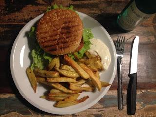 Burger mit Guacamole, gegrillte Ananas und Pommes