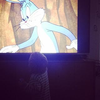 Das Kind sieht sich heimlich Bugs Bunny an