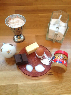 Alle Zutaten für den Keks: Erdnussbutter- Schokoladen- Glück