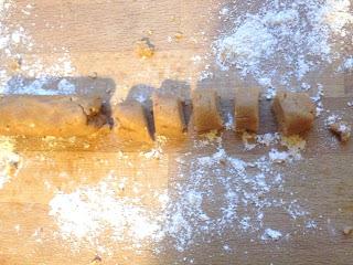 Erdnussbutter- Schokoladen- Glück: Von der in der Hand gedrehten Wurst Stücke abschneiden