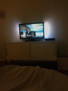 Juhu! Wir gucken fern im Bett! Prima!