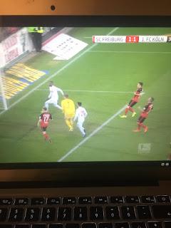 Ausgleich! SC Freiburg 1. FC Köln live auf dem Laptop