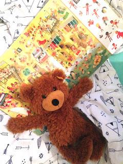 Wir kuscheln mit dem Steiffteddy im Bett und lesen ein Buch von Ali Migutsch
