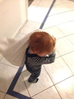 Das Kind schleppt ständig sein Kopfkissen mit sich herum