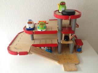 Parkhaus aus Holz mit Tut- Tut- Autos und Matchbox Autos