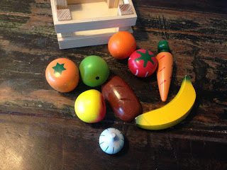 Holzkiste mit Holzobst: Brot, Möhre, Banane, Orange, Apfelsine, Knoblauch, Tomate