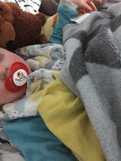 Im Bett mit dem kranken Kind: Es schläft