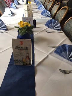 Weiß- lila gedeckter Tisch in einem Westerwaldes Landgasthof mit Westerwald- Bräu- Werbung
