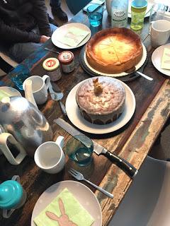 Es gibt Kaffee und Geburtstagskuchen