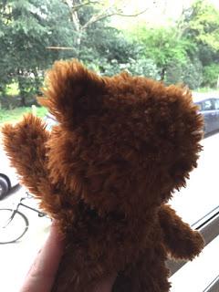 Der Teddy winkt dem fortfahrenden Kind hinterher
