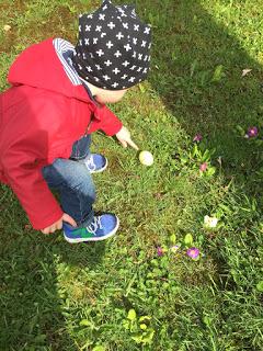 Das Kind ist auf Ostereiersuche und hat eines gefunden