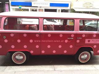 Wien: Wir sehen einen alten, gepunkteten VW- Bus