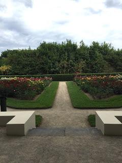 Rosengarten Fort X Köln: Symmetrische Wege führen durch den Park