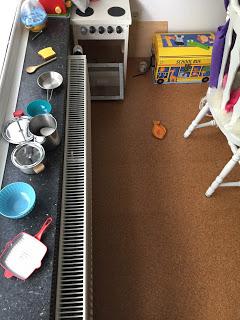 Das Kind hat offensichtlich vergessen die Kinderküche aufzuräumen