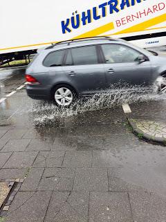 12 von 12 An der Kreuzung nass geworden