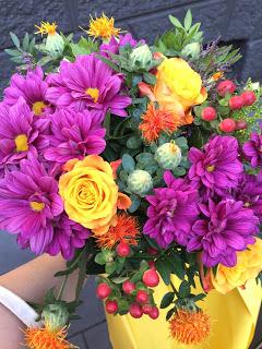 Wir schenken der Oma einen bunten (Herbst-) Blumenstrauß (Lila, orange)
