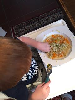 12 von 12: Das Kind liebt und isst Hühnersuppe mit Möhren, Nudeln und Markklößchen