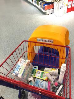12 von 12 Der DM- Einkaufswagen ist mächtig mit Dingen gefüllt, die in die Kliniktasche wandern...