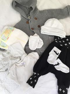 Kliniktasche: Für das Baby / Bodys, Hose, Söckchen, Weste, Mütze, Handschuhe, Windeln