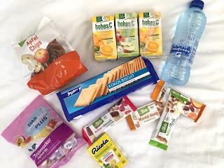 Kliniktasche: Snacks und Getränke / Wasser, Saft, Kekse, Apfel Chips, Müsliriegel, Traubenzucker, Bonbons