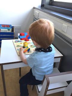 Wir sitzen mit dem Kind beim Kinderarzt im Wartezimmer und warten