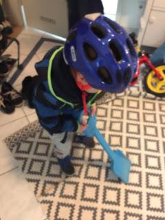 12 von 12 im Oktober: Der große Junge trägt seinen neuen Fahrradhelm