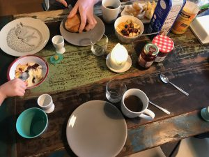 Sonntagsfrühstück Kaffee Croissants Brötchen Müsli Marmelade