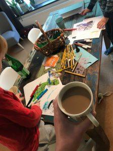 Kinder malen Bilder Kaffee