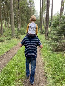 Kind Opa Huckepack Wald