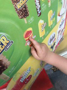 Kind zeigt Eis