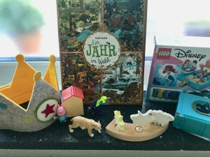 Geburtstagsgeschenke Krone Peppa Wutz Ein Jahr im Wald Buch Luchs Schleich Lego Disney Arielle Grimms Stecker