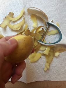 Kartoffeln schälen Kartoffelschalen